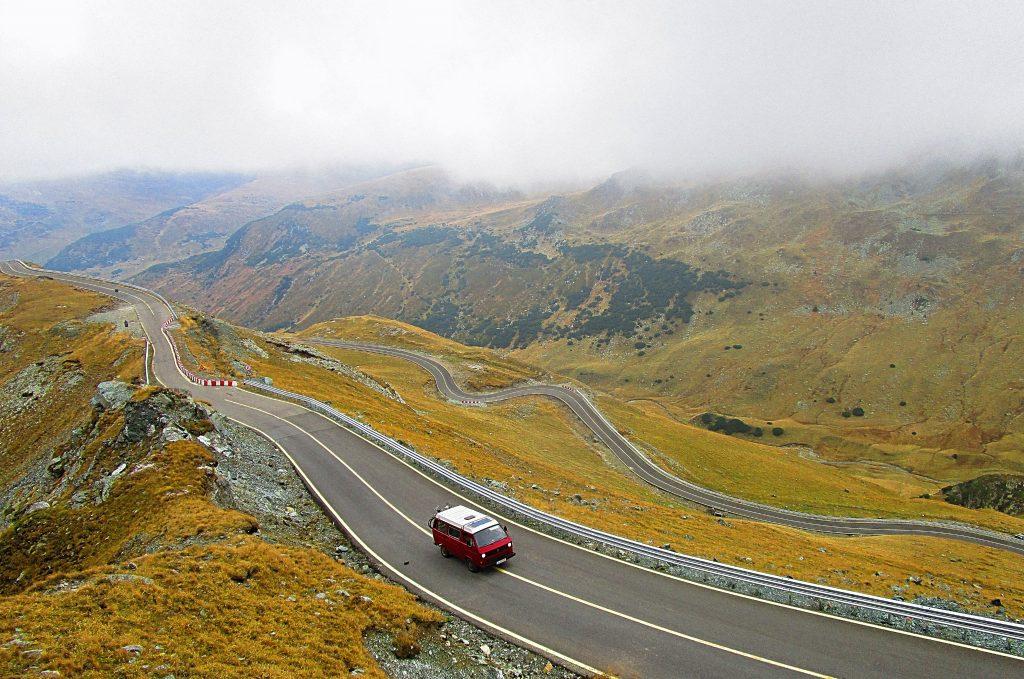 Furgoneta en la carretera en montañas de Nueva Zelanda